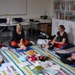 Erica Winbo instruerar i spädbarnsmassage