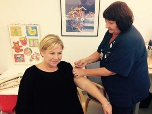 Gravida Anna-Karin blir vaccinerad mot säsongsinfluensa av distriktssköterska Ejvor Åkerlund på Läjeskliniken i Träslövsläge, Varberg