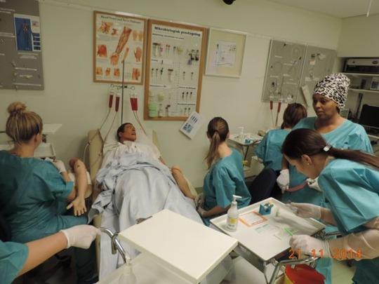 praktiska övningar - provtakning, samarbete och komminikation - för blivande undersköterskor