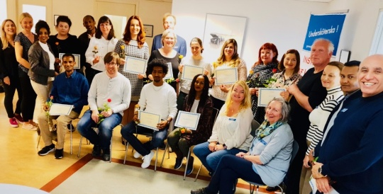 Undersköterskor med diplom och USK brosch i Solna