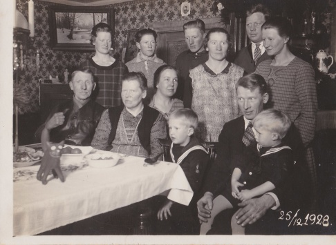 Hela familjen samlad. Anders och karolina längst ner till vänster och Hugo står bakre raden andre från vänster