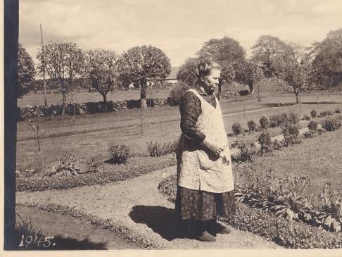 Karolina i trädgården på Karlsberg Gård