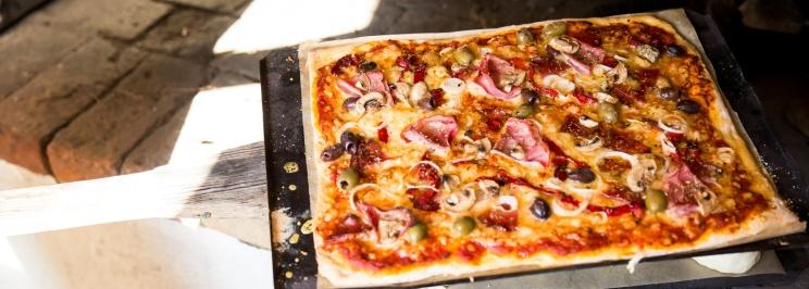 Stenugnsbakad pizza Kurser och Aktiviteter att göra Varberg, stort urval av aktiviteter för konferenser, möten och grupper på lantliga B&B och kursgård Karlsberg Gård mellan Varberg, Ullared och Falkenberg