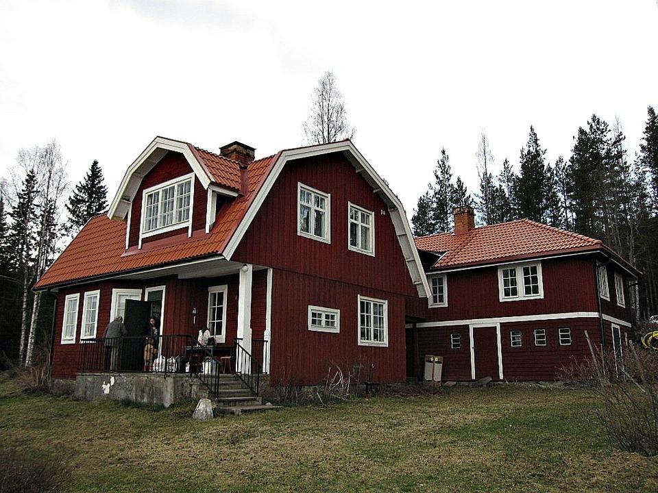 Dessa två ihopbyggda hus i Ryggen utanför Falun fick nya tak.