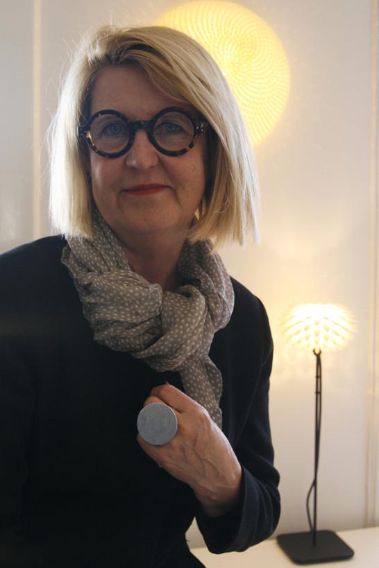 Marja-Liisa Okko i sin våning på Söder i Stockholm. Här med lampor från Okko Design i bakgrunden.