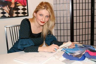 Amelia Ursache lägger sista handen vid sin nya kollektion i sitt showroom på Regeringsgatan i Stockholm.