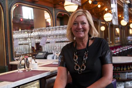 En glad Yvonne Sörensson i baren på Berns.