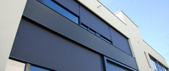 Screenduken är tillverkad av PVC-belagda glasfibrer som filtrerar solljuset och solvärmen med upp till 90 grader.