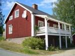 Huset är ett suterränghus och lägenheten finns på nedre plan, har egen ingång, toalett, dusch och två rum.