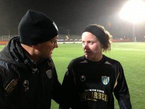 3-målsskytten Marie Hammarström i samspråk med Stig Fredriksson efter segern.