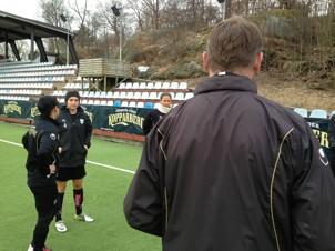 Torbjörn Nilsson instruerar sina spelare inför den kommande matchen mot V Frölundas P16-lag.