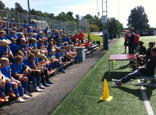 Torbjörn och spelrna svarar på frågor från ungdomarna på Kållereds fotbollsskola.