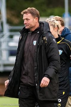 Torbjörn Nilsson vandarar av planen efter sista matchen med KGFC.