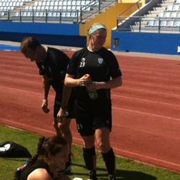 Collegespelaren Maegan Kelly, som just nu provtränar med klubben, svalkar sig med lite vatten under träning.