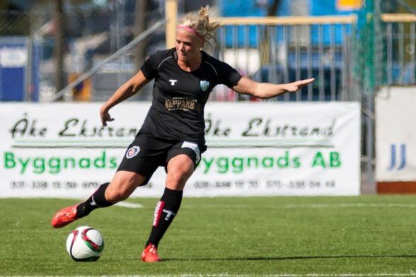 """Kathlene Fernström har vuxit ut till en riktig mittbacksklippa, har haft flera tjejer bredvid sig under säsongen hittills. """"Jag gör mitt, det är bara att köra"""", säger 29-åringen. Bild: PER MONTINI"""