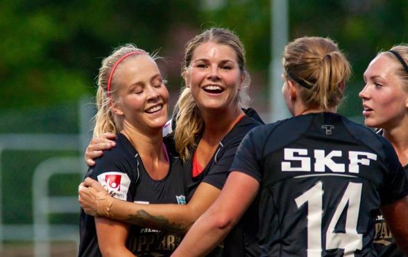 Dubbla målskytten Adelina Engman kramas om av Andrine Hegerberg, Sara Lindén och Elin Rubensson efter sitt första mål i matchen mot KDFF på torsdagskvällen. Foto: PER MONTINI
