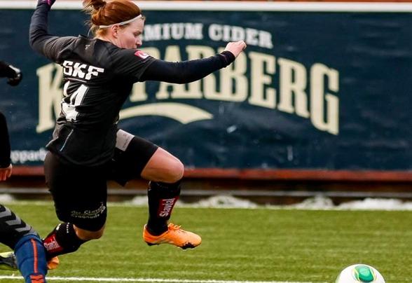 Sara Lindén gjorde KGFC:s mål i bortamatchen mot Umeå. En kall lobb sedan hoin gjort bort en av UIK:s försvarare. Foto: PER MONTINI