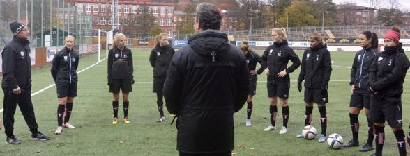 Stefan Rehn önskade 'nykomlingarna' välkomna. Sedan var det fullt fokus på träning, utveckling och 2016!!! Foto. TORE LUND