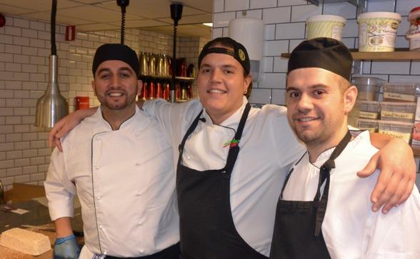Shake Hands hittar framtidens kockar i Göteborg. Ramo Boskovic och Hani Abosouf hoppas att framtiden i det svenska restaurangköket är utstakad. I mitten kursledaren Adam Lhafiane. Foto: TORE LUND