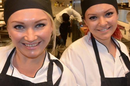 Lidia Pourazam och hennes dotter Dzhana från Ukraina ingår i den första kullen av kockstudenter i Shake Hands-projektet på John Scott's Palace  i Göteborg. Foto. TORE LUND