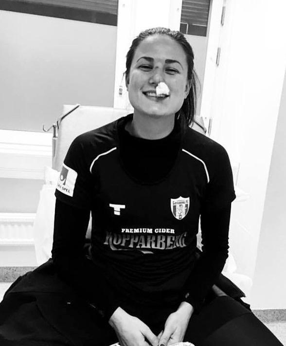 Beata Kollmats bröt näsan i matchen mot Eskilstuna i lördags. Men Bea är med på planet till Gran Canaria och kommer att kunna träna för fullt.