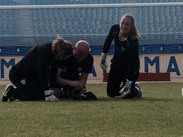 Loes Geurts, Jennifer Falk och målvaktstränaren Anders Nord går igenom filmen från träningen. Foto: LASSE SVENSSON