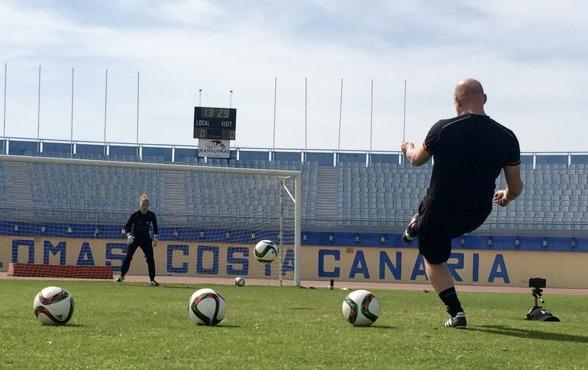 Målvaktstränaren Anders Nord drillar och kör hårt med Jennifer Falk och Loes Geurts. Till höger fiilmkameran som registrerar hur tjejerna rör sig. Efteråt analyseras filmerna av trion. Foto: LASSE SVE