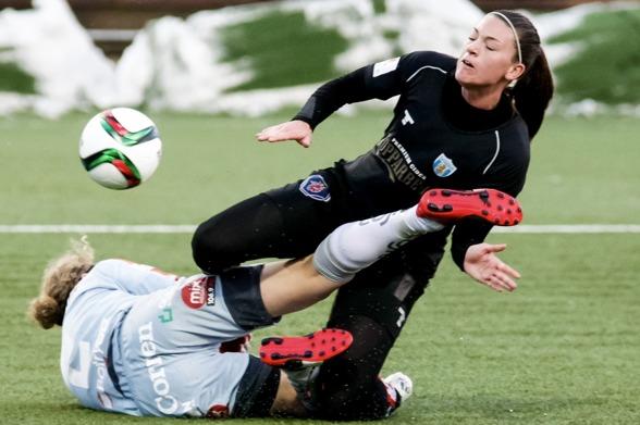 Pauline Hammarlund och resten av KGFC-tjejerna räckte inte riktigt till mot Linköping i cupen. Men laget är tveklöst på rätt väg inför årets allsvenska. Foto. PER MONTINI
