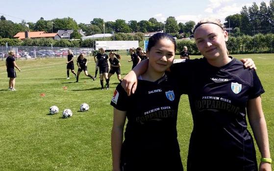 Två av de nya tjejerna i årets F19-trupp, Emma Lysell från Mossens BK och Linn Appelgren från  GFF. Bägge var med i segermatchen mot Hovås/Billdal.