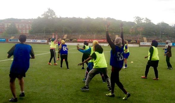 Det blixtrade och det regnade när Shake Hands hade träning häromveckan. Men vad är väl lite dåligt väder när man har så roligt... Foto. MORGAINE RANKSEN