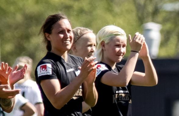 Marika Bergman-Lundin (till höger), för första gången från start i allsvenskan. Och visst gjorde talangen en mycket stabil insats på högerbacken. Foto: PER MONTINI