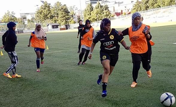 Tjejerna från Shake Hands öppna träningar på Valhalla IP gör sig redo för sina fotbollslivs första härliga turnering. Foto: CAMILLA ACKERFORS