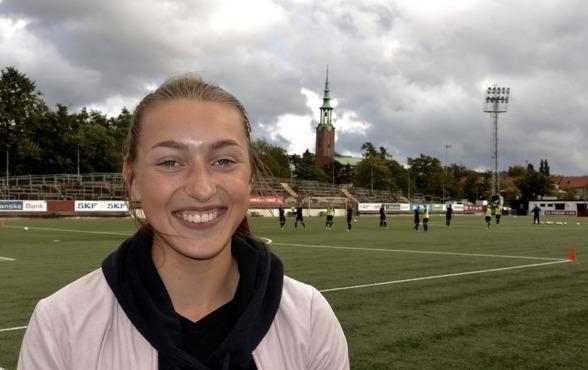 Match mot Eskilstuna på söndag och då sitter som vanligt Victoria Bergquist på läktaren... men nu ser den unga talangen ändå ljuset i tunneln efter sin korsbandsskada. Foto: TORE LUND