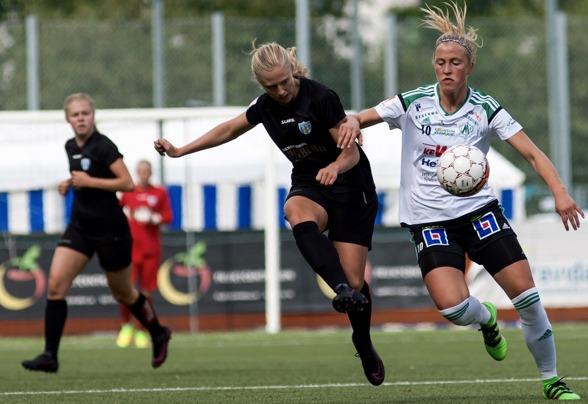 Rebecka Blomqvist i en duell i matchen mot Mallbacken tidigare i år. I bakgrunden syns Maja Göthberg. Nu ska de båda representera Sverige i U20-VM! Foto: PER MONTINI