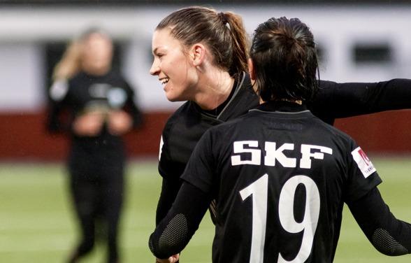 Pauline Hammarlund var en av dem som imponerade i matchen mot danska Hjörring. Med sina två mål bidrog hon i hög grad till segern. Här grattas hon av Annahita Zamanian, också hon målskytt. Foto:PER MO