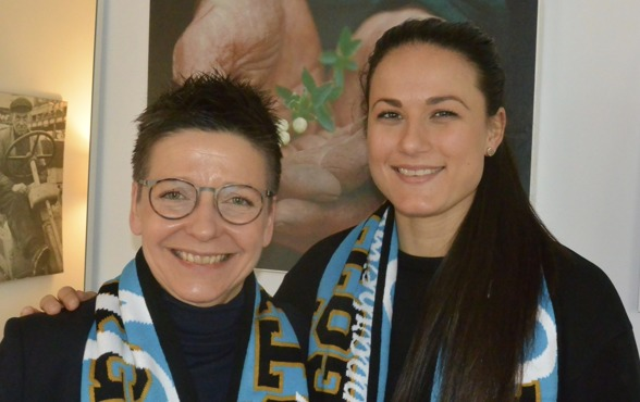 Kommunstyrlsens ordförande Ann-Sofie Hermansson fick i dag, på den internationella kvinnodagen, en supporterhalsduk av Beata Kollmats i KGFC. Foto: TORE LUND