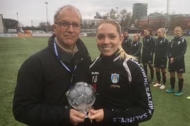GT-Sportens Stefan Nilsson överlämnar Kristallkulan till Elin Rubensson, som utsågs till Västsveriges bästa fotbollsspelare i fjol. Foto: TORE LUND