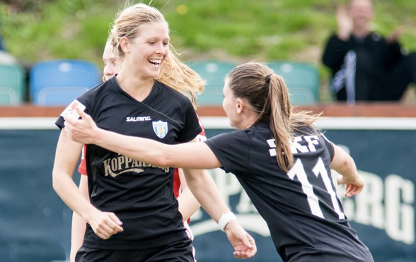 Sarah Teegarden gjorde en mycket bra match mot Piteå, slet hårt och var också den  som gjorde hemmalagets första mål. Här gratuleras hon av KGFC:s andra målskytt för dagen, Pauline Hammarlund.Foto. PE