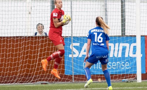 Fanny Lund vaktade målet för andra matchen i rad och gjorde en stabil insats, kunde inte göra något åt baklängesmålet. Foto: PER MONTINI