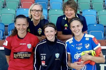 KGFC:s Anna Larsson och Felicia De Feo med IFK Kalmars Kajsa Lang, förbundskaptenen för F01 Katarina Olsson och SvFF:s korordinator Anneli Gustafsson. Foto: ANNA STOLTZE