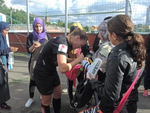 I fjol skrev Pauline Hammarlund autografer till deltagarna i Shake Hands World Cup.