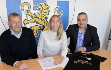 KGFC:s sportchef Lasse Svensson, Julia Roddar och hennes agent Aleksandar Ilijoski. Foto: TORE LUND