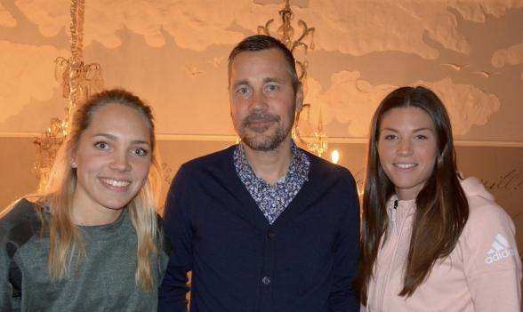 Marcus Lantz träffade två av spelarna i sitt nya lag på torsdagen – Elin Rubensson och Pauline Hammarlund. Foto. TORE LUND