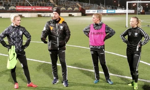 Marcus Lantz och första träningen på Valhalla IP.  Filippa Curmark, Olivvia Schough och Nathalie Persson var bland de spelare som fick ett pass med sin nya tränare- Foto: KRISTOFER NILSSON