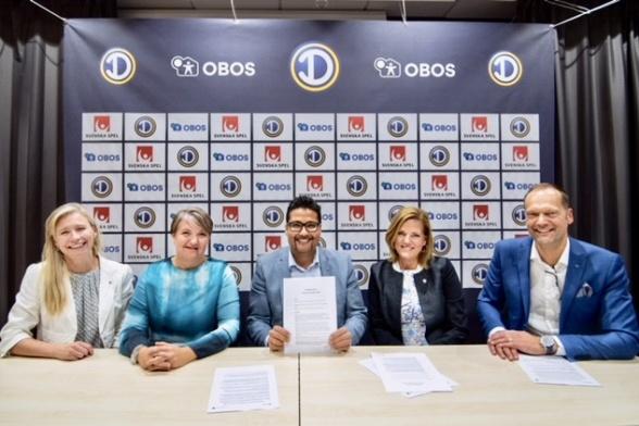 Representanter från EFD och OBOS har signerat ett avtal som ger damfotbollen 40 miljoner över fem år.