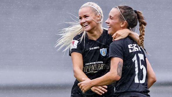 Amanda Johnsson Haahr firar med Julia Zigiotti efter ett av målen i matchen mot Djurgården. Foto: PER MONTINI
