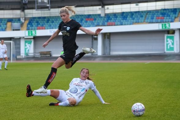Hårt jobb, ett mål och två assist – söndagen var en bra dag för KGFC:s landslagsspelare Olivia Schough. Foto: PER MONTINI