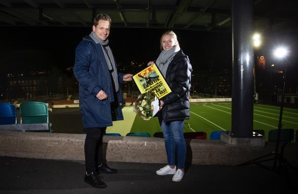 Rebecka Blomqvist, Bäst i Väst och mottagare av GT:s Kristallkulan 2018. Tidningens krönikör och reporter Markus Wulcan överlämnade löpsedel och blommor på Valhalla i veckan. Foto: HENRIK JANSSON, GT