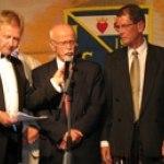 Åke Hallström ännu en 62a, lyssnar till Sten Olsson