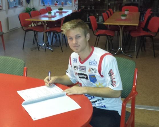 Per Gulda sätter bläck på kontraktet. Fotot Christoffer Andréasson